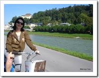 Mel pedalando nas margens do rio Salzach