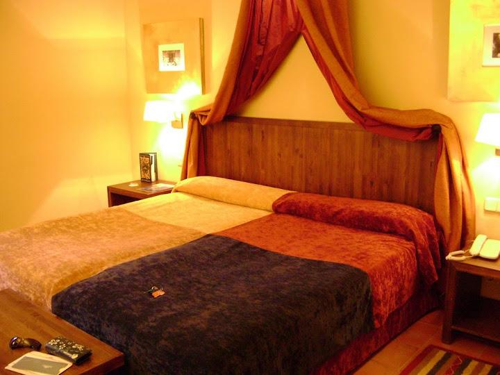 Interior de la habitación en el Parador de Trujillo