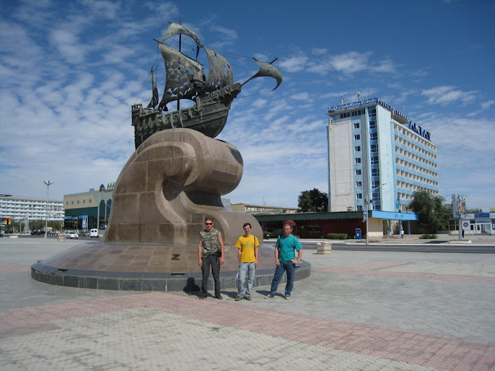 Памятник путешественникам (на фоне гостиница Актау)