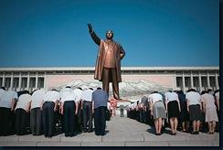 norte-coreanos reverenciam a estátua de Kim Il-sung, pai do ditador Kim Jong-Il