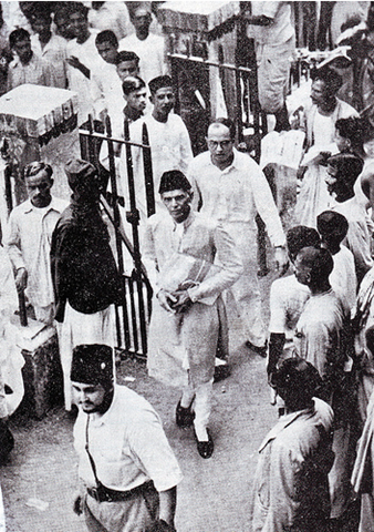 [Nawabzada Nasrullah escorts Mr Jinnah in Calcutta 1945[5].png]