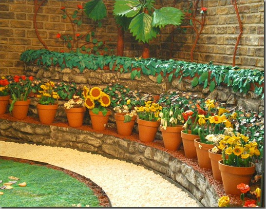 800px-Plasticine_garden_pots