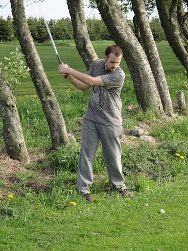 Tatai jugando al golf