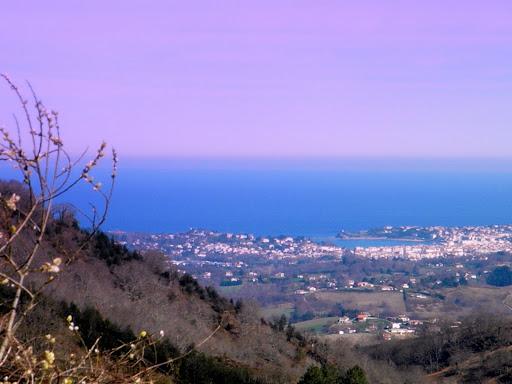 La baie de St Jean de Luz, vue des hauteurs d'Ibardin