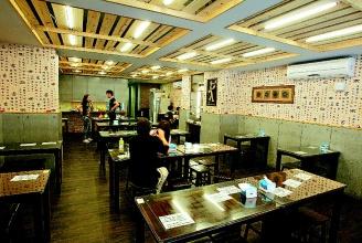 捷運美食-川巴子火鍋新開平價麵館,裝潢明淨舒適,超值套餐深受上班族喜愛。