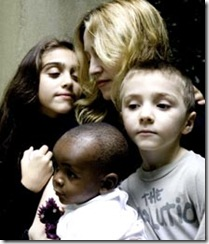 Madonna com os filhos biológicos e o adotivo David