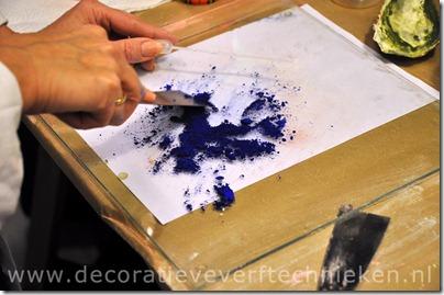 decoratieve-verftechnieken_pigment_wrijven_close