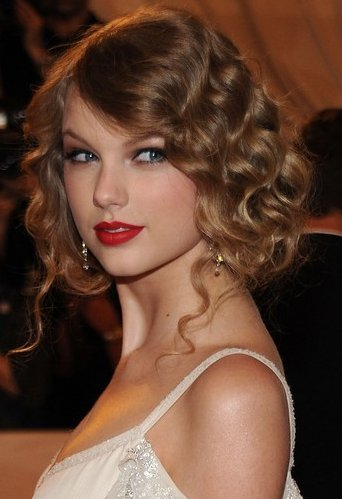taylor swift pinned up ringlets hairstyle