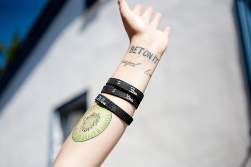 http://lh5.ggpht.com/_BkOsthGKM3U/TOTRmtfO8AI/AAAAAAAABAk/YLVCGSwTH0M/lens-bracelets-34c1_600.0000001289360219.jpg
