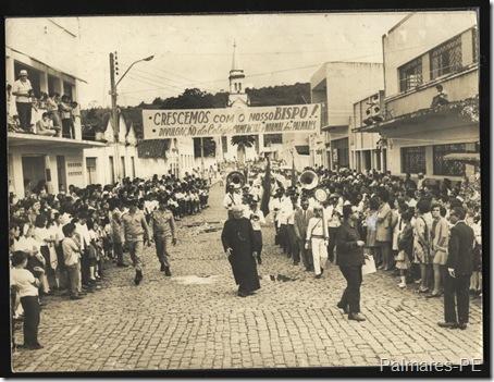 Monsenhor Abílio Américo Galvão à frente da Banda em desfile