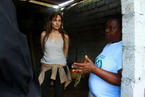 angelina-jolie-visited-a-refugee-center-in-ecuador-photos