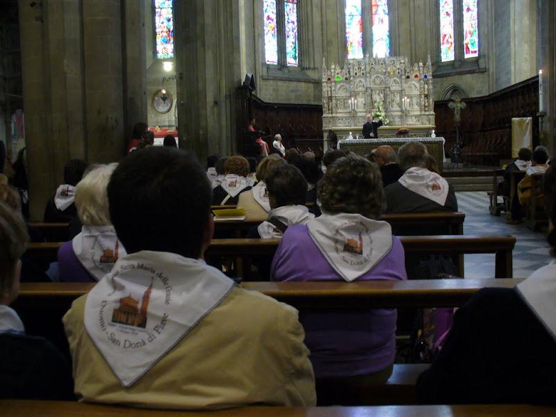 Pellegrini sandonatesi nel duomo di Arezzo davanti all'arca del santo