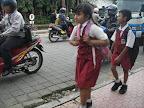 小孩走路上學
