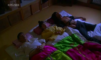 capitulo 3 ahhhhhhh durmiendo entre chicos xD