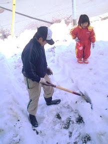 たまちゃんも一緒に雪をほりほりです