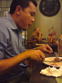 Peja a.k.a Gu tengah melahap Chicken wing