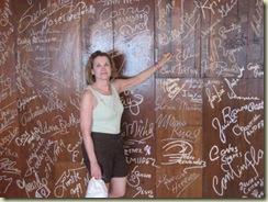 la perla bar autograph wall (Small)