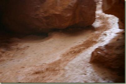35 - Waar later ongelofelijk veel regen uit kwam zodat het pad een rivier werd en de mooie rotsen boven ons hoofd begonnen los te laten