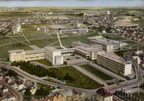 Cartes Postales Pop et  Kitsch des années 50, 70 et 70 - Pop and kitsch vintage postcards from the fifties, the sixties and the seventies : Tous à l'école CAEN (Calvados) L'Université (Architectes : MM. Bernard et Hur - Paris)