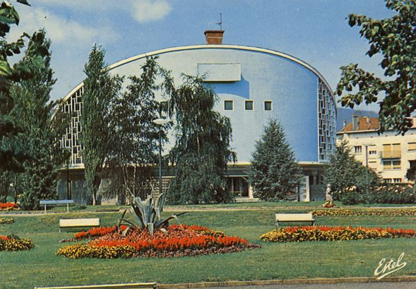 Cartes Postales Pop et  Kitsch des années 50, 70 et 70 - Pop and kitsch vintage postcards from the fifties, the sixties and the seventies : Au pays vosgien... SAINT-DIE (Vosges) Le parc municipal La salle des fêtes Arch. Mm. Bertrand et Ringwald