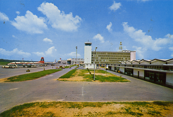 Cartes Postales Pop et  Kitsch des années 50, 70 et 70 - Pop and kitsch vintage postcards from the fifties, the sixties and the seventies : SINGAPORE INTERNATIONAL AIRPORT PAYA LEBAR. SINGAPORE