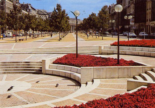 Cartes Postales Pop et  Kitsch des années 50, 70 et 70 - Douceur de vivre : BORDEAUX (33000) Les nouvelles allées de Tourny, au fond : Le grand Théatre
