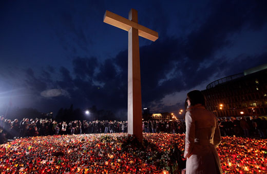 Praça Pilsudski em Varsóvia. Homenagem às vítimas do acidente  aéreo que vitimou, entre muitos outros, Lech Kaczynski, presidente da  Polónia