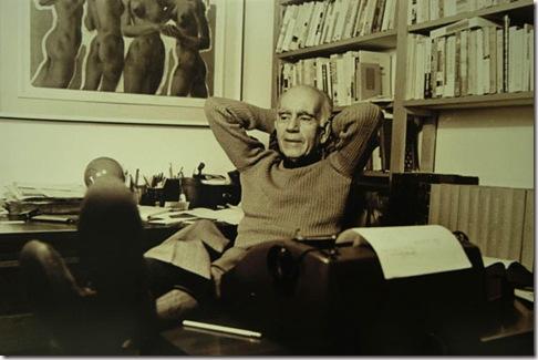 O escritor em momento de descanso em seu escritório. Foto: Leonid Streliaev