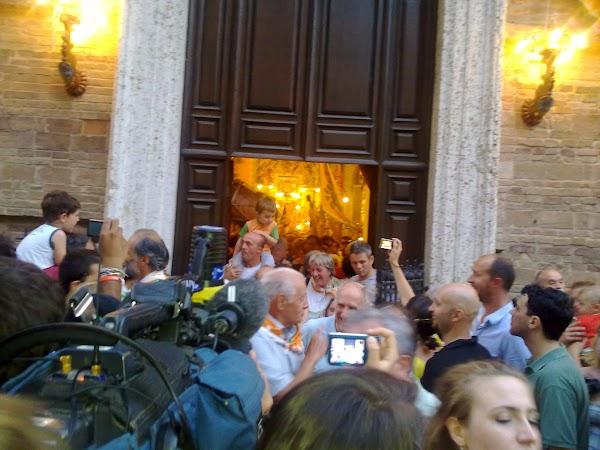 Imagini Italia: BINECUVANTAREA CALULUI IN BISERICA CONTRADEI Siena
