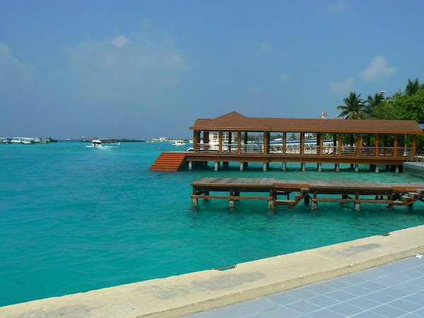 Imagini Maldive: statia de la aeroport.JPG