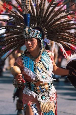 Obiective turistice Mexic: dansator aztec in Zocalo.jpg