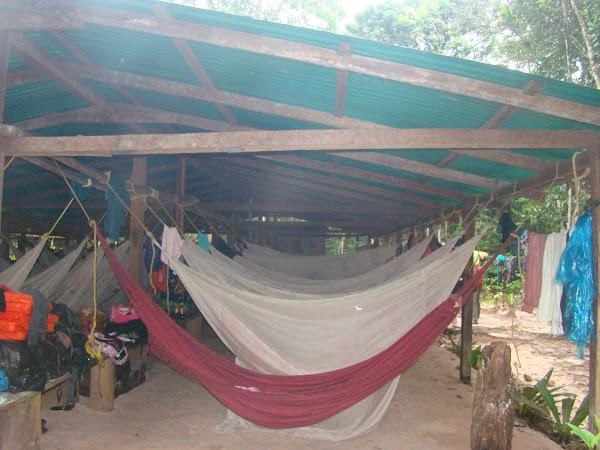 Obiective turistice Venezuela: hamacuri - cazare in jungla la cascada.JPG