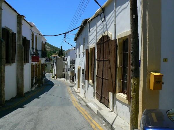 Obiective turistice Cipru de Nord: pe strazile din Bellapais.JPG