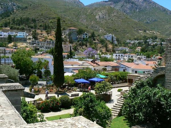 Obiective turistice Cipru de Nord: satul Bellapais.JPG