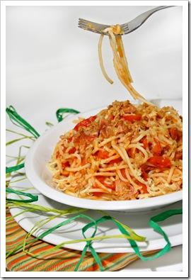 Spaghetti z papryką konserwową i cebulką – szybki obiad