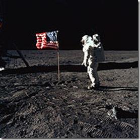 Aldrin pone bandera EEUU en superficie lunar