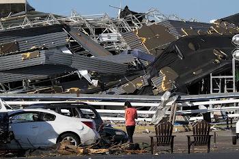 焦点大图 – 龙卷风席卷美国南部