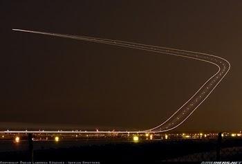 长曝光照片展现航班起降精彩瞬间