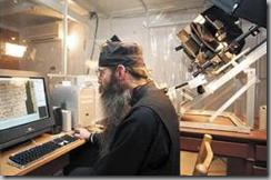 Ο πατέρας Ιουστίνος ψηφιοποιεί χειρόγραφα της βιβλιοθήκης της μονής. Για το έργο αυτό παράτησε σπουδές και κοσμική ζωή στο Τέξας
