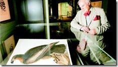 Ο κριτικός τέχνης Πάτρικ ΜακΚάφι θαυµάζει ένα από τα 119 σωζόµενα αντίτυπα του βιβλίου του Τζον Τζέιµς Οντιµπόν «Πουλιά της Αµερικής». Ένα άλλο αντίτυπο πουλήθηκε το  2000 στην τιµή των 6,8 εκατ. ευρώ