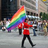 Soldado canadense marcha com a bandeira gay.jpg