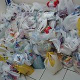 centenas de quilos de alimentos arrecadados.JPG