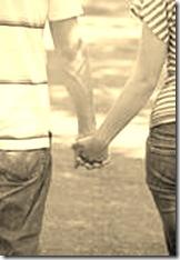 La  ragazza spericolata e il ragazzo innamorato avevano preso l'abitudine di passeggiare romanticamente mano nella mano