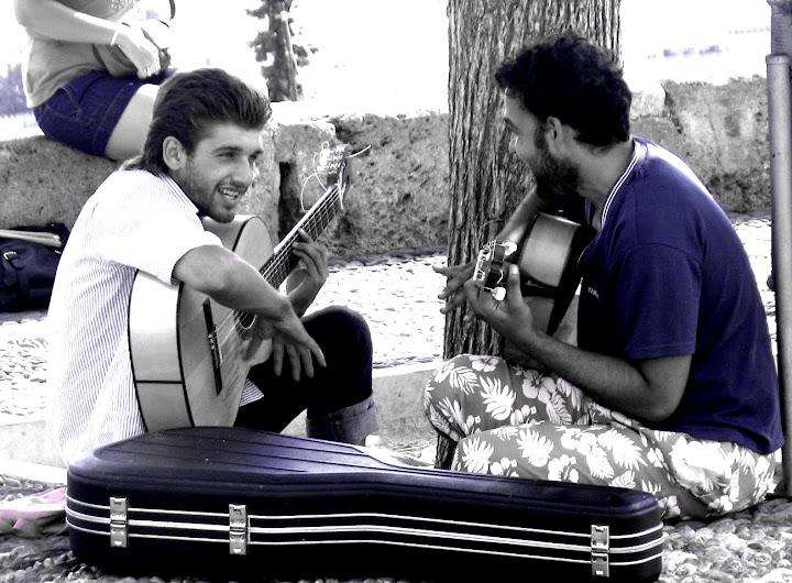 Chlopiec z gitarą...
