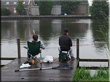 Chicos pescando en los canales de Kinderdijk