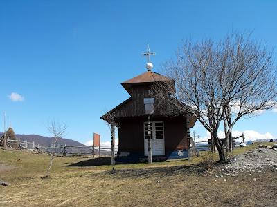 Muntii Cernei. Biserica din Dobroaia