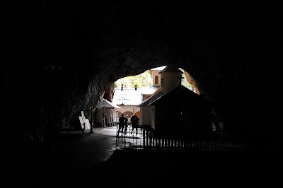 Muntii Bucegi - iesirea din Pestera Ialomitei in curtea schitului Pestera