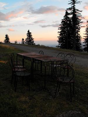 Cabana Cozia. Apus de soare cu scaune