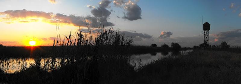 Delta Dunării: apus de soare pe canalul Dovnica