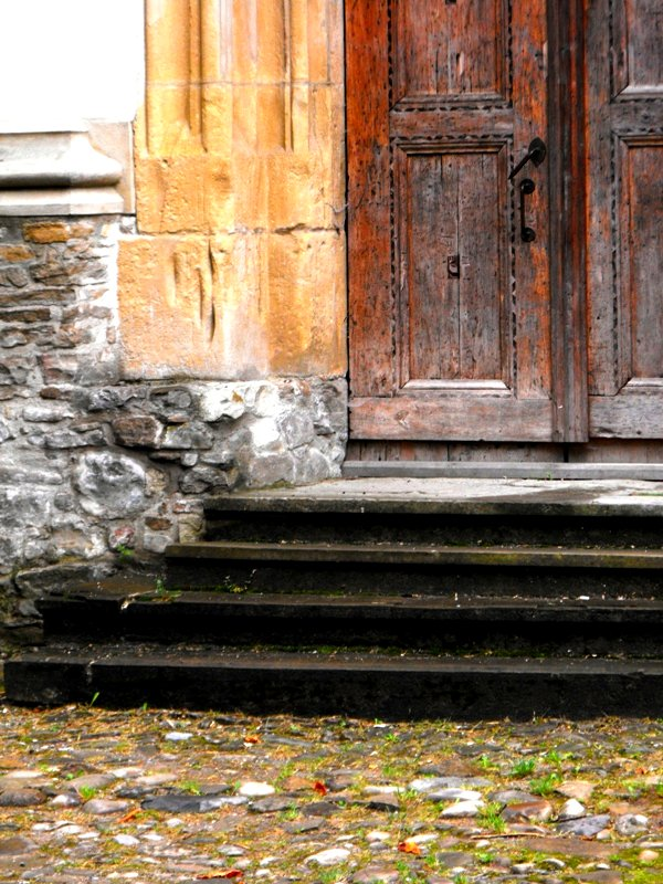 Cetatea Sighisoarei. Biserica veche in asteptarea toamnei